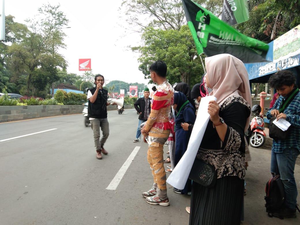 """Sekretaris Umum HMI MPO Cabang Serang, Diebaj Ghuroofie, saat melakukan orasi di depan kampus 1 UIN """"SMH"""" Banten."""