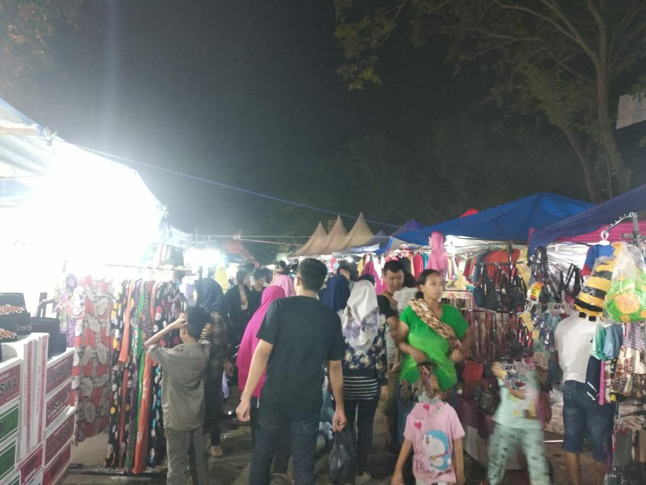 Suasana Pasar Ramadan di Stadion Maulana Yusuf, Senin (3/5). Masyarakat terlihat berlalu lalang mencari pakaian yang akan digunakan saat Lebaran pada Rabu nanti.