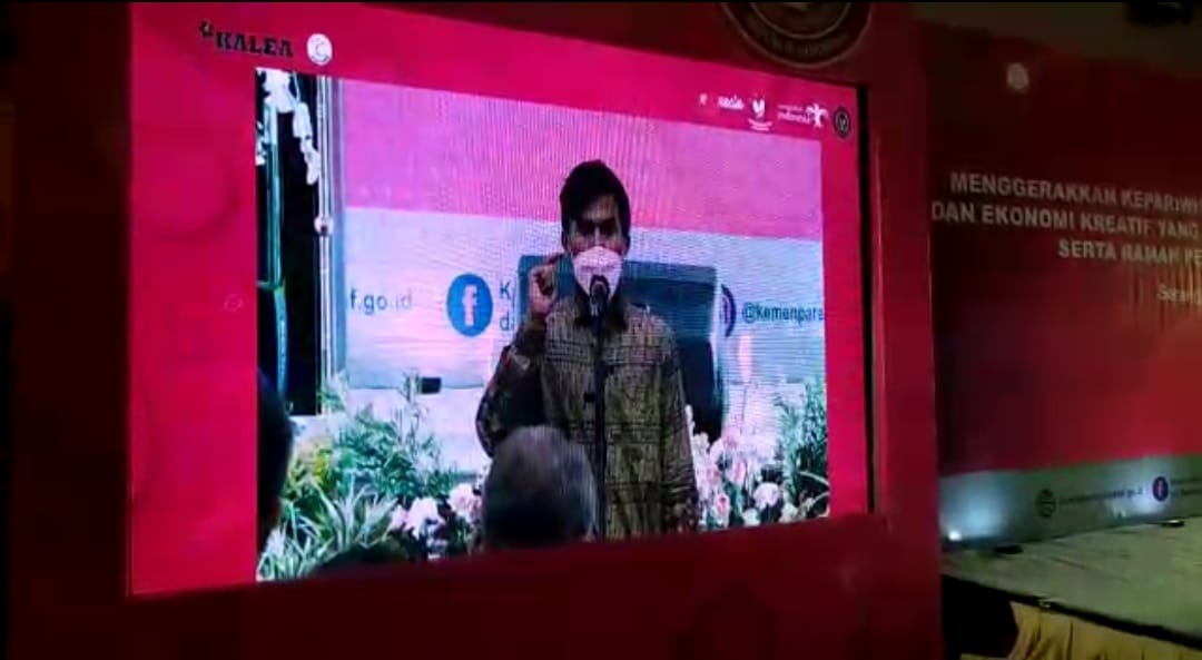 Muntazir saat membacakan puisi di hadapan Menparekraf, Sandiaga Uno.